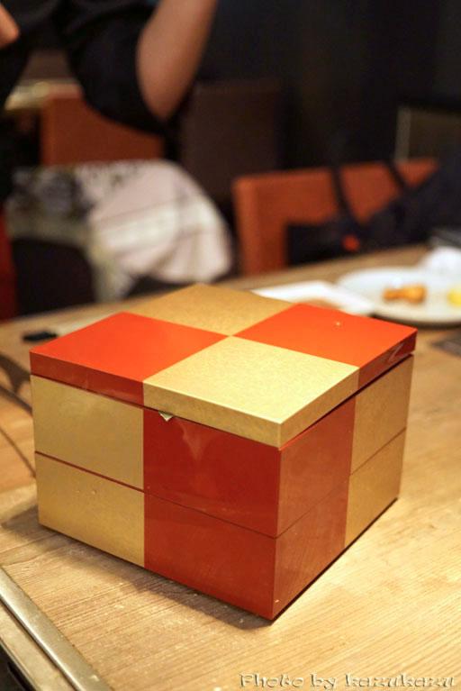 東京六本木に構える金肉(kin-niku)の金の重箱