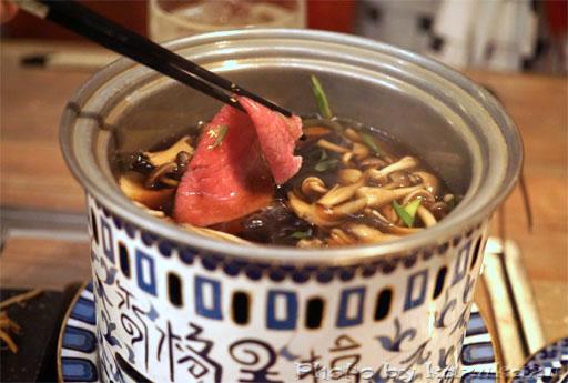 東京六本木に構える金肉(kin-niku)の天然キノコを使った割り下
