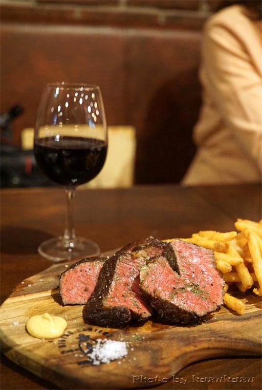 二子玉川に構えるビストロランタンの熟成牛ステーキと赤ワイン